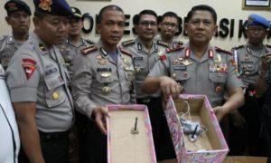 Polisi tunjukkan bom rakitan terkait rencana pengeboman di Bekasi. Foto via viva
