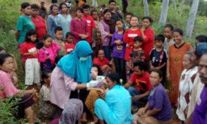 Proses persalinan Dian, warga Desa Caluk, Slahung, Ponorogo di tengah jalan menggemparkan Bumi Reyog. Foto Muh NURCHOLIS/Nusantaranews