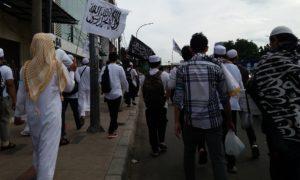 Ratusan massa berjalan kaki menuju monas. Foto Fadhilah/Nusantaranews