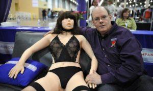 Salah seorang pria berfoto bersama robot sexnya. Foto ilustrasi via trendingkenya