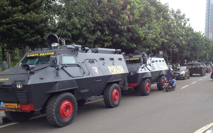 Sejumlah kendaraan taktis aparat yang diparkir di belakang gedung DPR/MPR RI. Foto Deni/Nusantaranews
