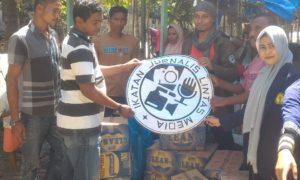 Sekjen IJLM, Hasan Al Habsy menyerahkan sumbangan secara simbolis kepada warga Kuta Trieng Beuracan, Pidie Jaya, Aceh. Foto Andika/Nusantaranews