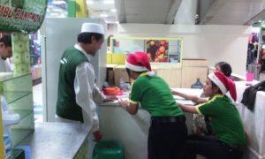 Seorang karyawati mengenakan tutup kepala sinterklaas. Foto via suara islam