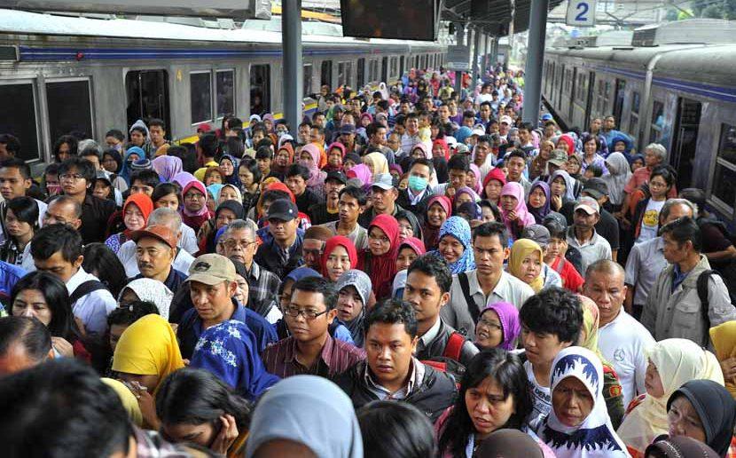 Tampak para Penumpang KRL berdesak-desakan. Foto Ilustrasi/Istimewa