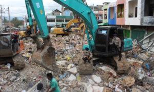 Tim SAR melakukan pencarian korban gempa Aceh menggunakan mesin Bego. Foto Andika/Nusantaranews