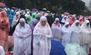Titiek Soeharto saat melakukan shalat berjamaah. foto via azwirnazar