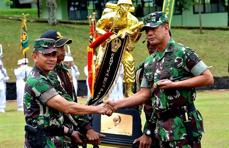 Penyerahan piala bergilir oleh Kasad kepada Kodam XVI/Pattimura/Foto: Dok. Dispenad
