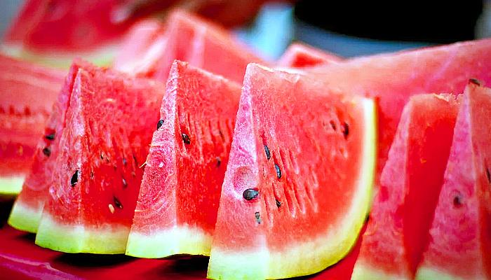 Mengejutkan, konsumsi semangka bantu kulit tampak awet muda.