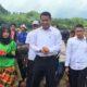 Mentan Amran di sela-sela melakukan tanam perdana benih jagung hibrida di Desa Tetewatu, Kecamatan Wiwirano, Kabupaten Konawe Utara, Sulawesi Tenggara, Kamis (12/1/2017)/Foto: Humas Kementan