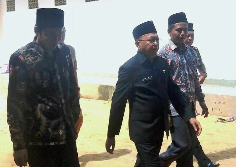 Dr. KH. Abuya Busyro Karim M.Si, Bupati Sumenep, didampingi dewan pengasuh Ponpes Al-In'am Dr. Rachbini (kiri) dan K. A. Tirmidzi (kanan)/Foto: Rachem