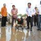 Wagub Jatim Saifullah Yusuf di jalan deandles yang rusak/Foto: Three