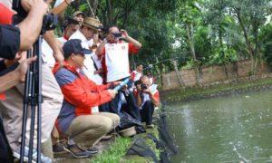 Anies Baswedan Mancing Bersama Warga Jagakarsa. Foto via @IndoUNITE22