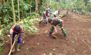 Bantu Warga, Sempolan Jember Lakukan Karya Bakti. Foto Sis/Nusantaranews