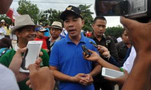 Bupati Way Kanan Provinsi Lampung Raden Adipati Surya (kanan) didampingi aktivis Gusdurian Gatot Arifianto (kiri). Foto Dok. Pribadi/Nusantaranews
