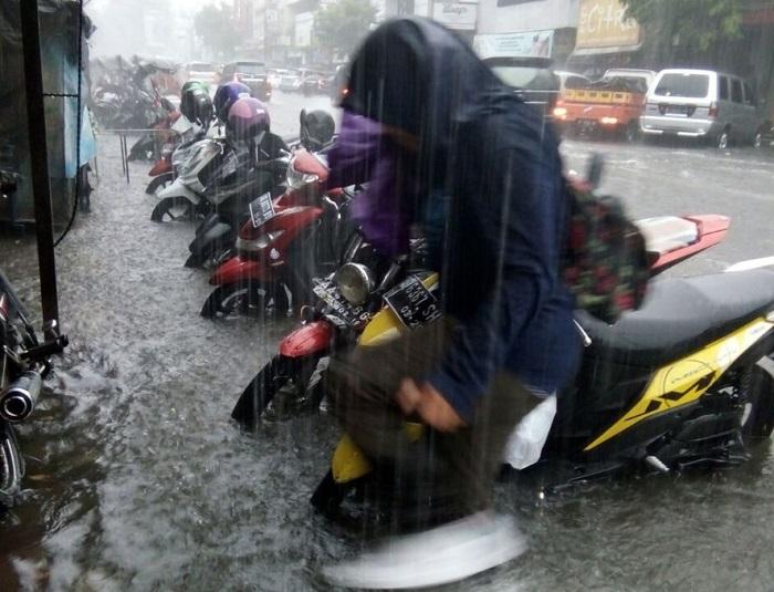 Cuaca ekstrim teror kota Yogyakarta. Foto via @Sutopo_BNPB