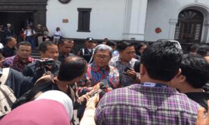 Gubernur Jawa Barat (Jabar) Ahmad Heryawan Saat Ditanya Wartawan. Foto Dok. Pribadi