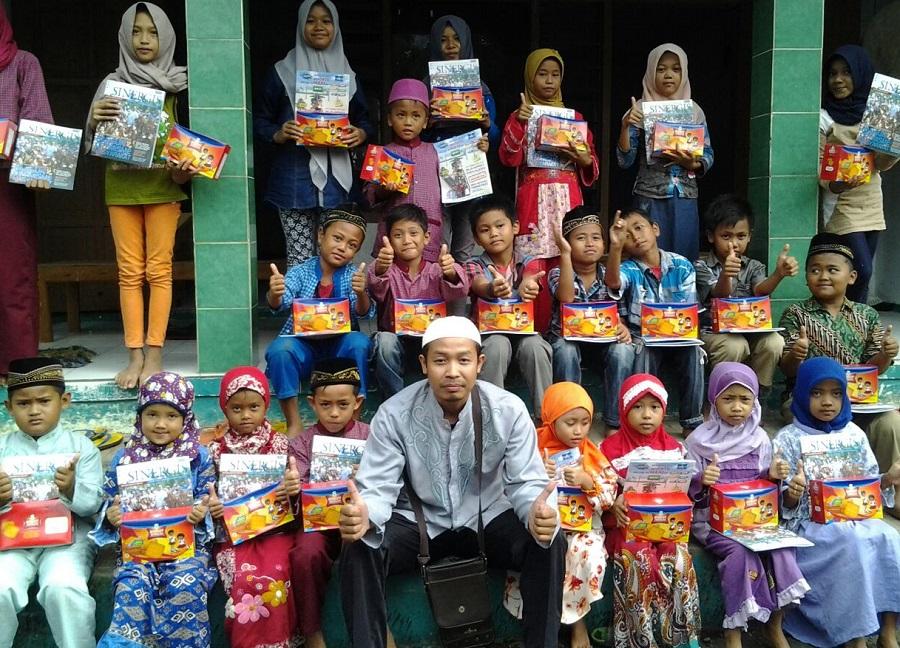 Tim Relawan Ibas Bagi-Bagi Biskuit di Ponorogo. Foto Nur/Nusantaranews