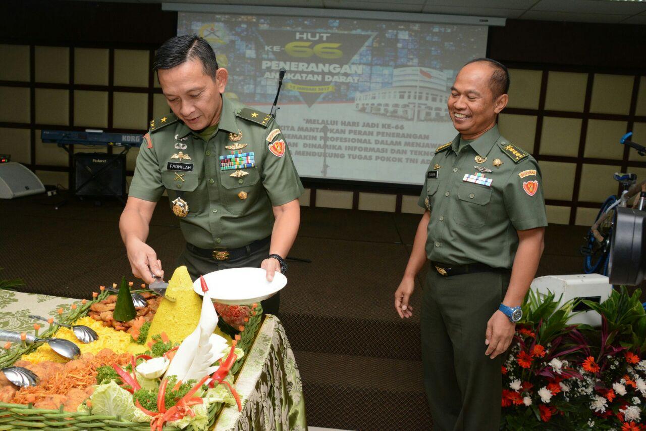 Kadispenad, Brigjen TNI M.S Fadhilah, saat memotong tumpeng. foto Dok. Dispenad