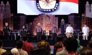 Ketiga Pasangan Calon Gubernur (Cagub) Saat Debat Pilkada DKI. Foto via @jokoanwar