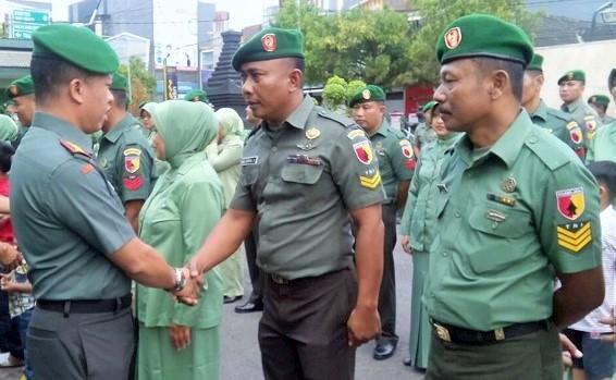 Dandim 0808/Blitar Letkol Arh Surya Dani (tengah) saat pelepasan Anggota Baru/Foto: her/prspen081