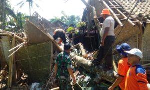 Kodim 0824 Bantu Perbaiki Rumah Terdampak Puting Beliung. Foto Sis/Nusantaranews