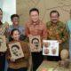 Pakde Karwo Bersama Menteri BUMN, Kepala Badan Ekonomi Kreatif RI dan Dirut Bank Mandiri Berfoto Bersama DUS DUS DUK, Produk UMKM Jatim Yg Turut Dipamerkan saat Peresmian Rumah Kreatif BUMN di Surabaya/Foto Three