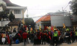 Para Pengunjuk Rasa Memenuhi Depan Kator DPRD Ponorog. Foto NURCHOLIS/Nusantaranews