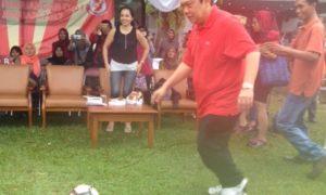 Plt. Ketua Fraksi PDIP, Utut Adianto, saat akan menendang bola tanda turnamen dibuka secara resmi. Foto Deni Muhtarudin/Nusantaranews