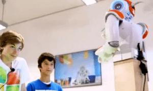 Robot Nao Saat mengajar dua siswanya. Foto Croup DW/Nusantaranews