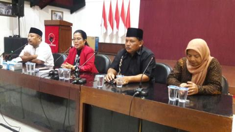 Sekretaris DPD PDIP Jatim, Sri Untari (Baju Merah). Foto Tri Wahyudi/Nusantaranews