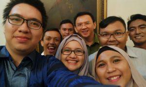 Teman Ahok berfoto selfi bareng. Foto Ilustrasi/IST