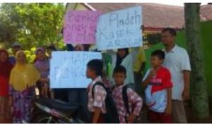 Orang Tua Murid Ponorogo Demo Kasek Nakal/Foto Nurcholis