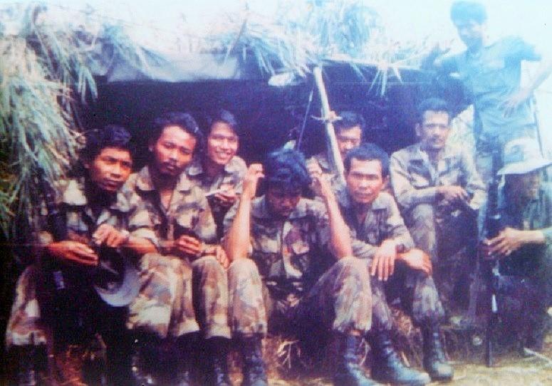 Batalyon Infanteri (Yonif) Para Raider-305/'Tengkorak' dari 'Tim Sadelor' yang dipimpin Serda Paidjan saat menjalankan Operasi di Timor-Timur/Foto: Majalah Angkasa Online