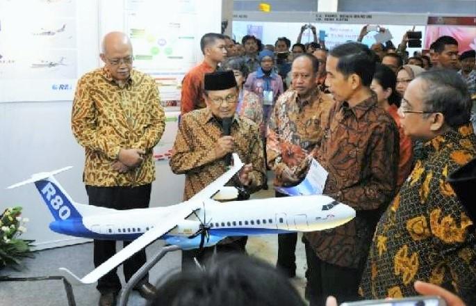 BJ Habibie Presentasikan Pesawat R80 Pada Jokowi/Foto: Dok. SayangiCom