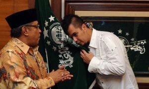 Ahmad Dhani mencuim bendera NU disaksikan Ketua Umum PBNU Said Aqil Siradj/Foto: Dok. Indowarta