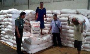 Dandim 0824 mengadakan pengecekkan persediaan pupuk dan obat-obatan di Gudang/Foto Sis/Nusantaranews
