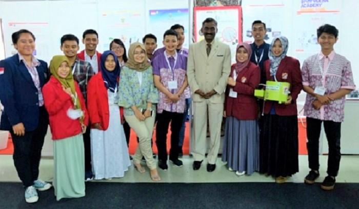 Foto bersama mahasiswa Unhan dengan Deputi Menteri Edukasi dan Pendidikan Tinggi II Malaysia Datuk P. Kamalanathan dan sebagian peserta Expo lainnya dari Indonesia/Foto: Dok. Unhan