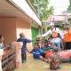 Gus Ipul Berdialog Sambil Memberikan Bantuan Nasi Bungkus Kepada Warga Jl. Panglima Sudirman Sampang Yang Rumahnya terendam Banjir/Foto Tri