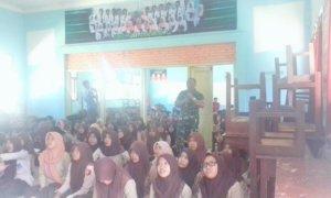 Komandan Koramil 0824/21 Puger Kapten Inf Slamet Efendi saat menyampaikan materi wawasan kebangsaan kepada para siswa/Foto Sis24