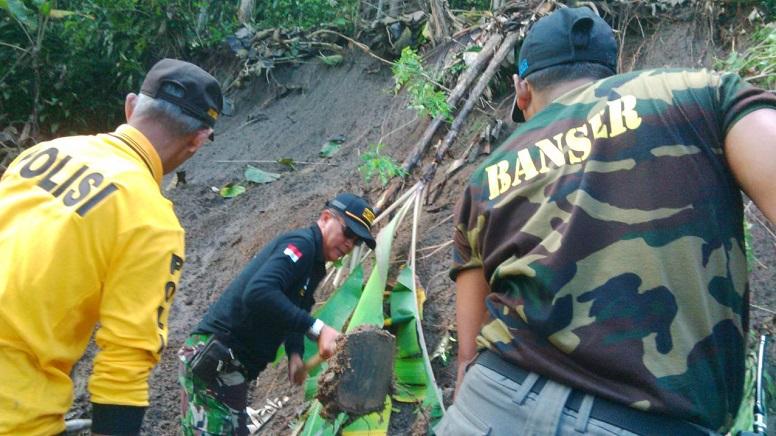 Karya Bhakti Perbaikan Tanah Longsor Kodim Madiun bersama Banser/Foto Dok Pribadi/Nusantaranews