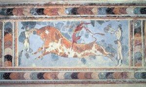 """Lukisan dinding """"lompat banteng"""", ditemukan di situs Knossos, menunjukkan bahwa terdapat suatu olahraga atau ritual keagamaan melompati seekor banteng, figur manusia berkulit gelap adalah lelaki, sedangkan yang berkulit terang adalah perempuan/Foto: Dok. http://wiki.eanswers.com"""