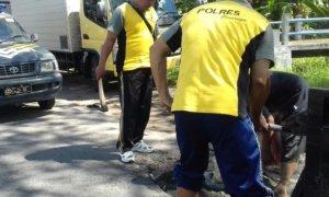 Melakukan Perbaikan Jalan/Foto Nur/Nusantaranews