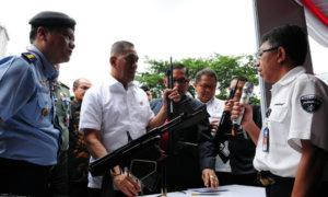 Menteri Pertahanan Ryamizard Ryacudu Pegang Produk Senjata Buatan Anak Bangsa/Foto Dok. humas kemhan