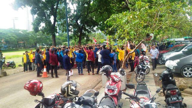 Sejumlah peserta demo di depan rumah SBY/Foto via okezone