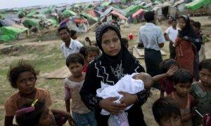 Seorang gadis tampak sedang menggendong bayi di pengungsian korban Rohingya/Foto Istimewa
