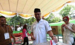 "Ilustrasi""Usai mencoblos, Ahmad Dhani memasukkan surat suara ke kotak""/Foto: Dok. KapanLagi"