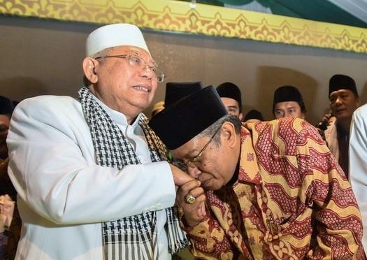 Ketua Umum PBNU terpilih Said Aqil Siradj (tengah) mencium tangan Rais Aam Syuriah PBNU KH. Maruf Amin (kiri) disaksikan Ketua Panitia Daerah Muktamar NU ke-33 Saifullah Yusuf (kanan) saat penutupan Muktamar NU ke-33 di Jombang, Jawa Timur, Kamis (6/8) dini hari. Berdasarkan hasil muktamar tersebut bahwa Said Aqil Siradj terpilih kembali menjadi Ketua PBNU periode 2015-2020 secara aklamasi dan KH. Maruf Amin sebagai Rais Aam Syuriah PBNU setelah KH. Mustofa Bisri menolak penunjukan dirinya atas jabatan itu. ANTARA FOTO/Zabur Karuru/pd/15