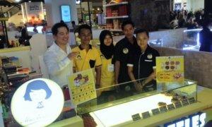 Owner Mrs. Waffles, Tjioe Liesar, beserta karyawannya di outlet Lippo Mall Puri, Jakarta Barat/Foto Deni/NUSANTARAnews