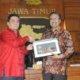 wagub jatim menerima cendramata dari ketua Pansus RUU Pemilu DPR RI di Ruang negara Grahadi/Foto: Tri Wahyudi/Nusantaranews