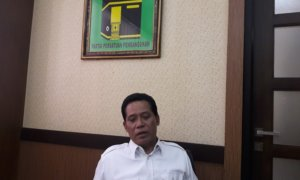 Anggota Pansus RPJMD DPRD Jatim Musyafak Noer di kantornya. Foto Three